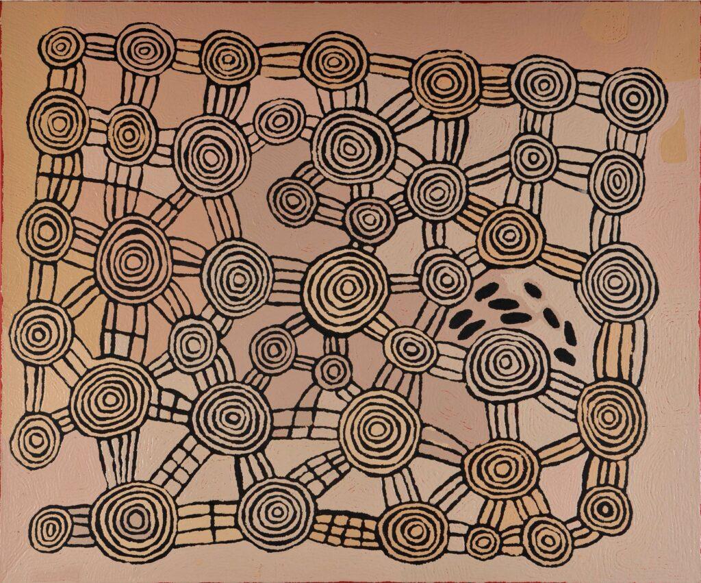 Fotografia przedstawia obraz przywołujący skojarzenia z mapą lub labiryntem. Namalowany został w ciepłej, jasnej, brązowej kolorystce. Na jego powierzchni czarnym pigmentem nakreślone zostały koła połączone między sobą prostymi liniami. Wszystkie koła zawierają w sobie zmniejszające się okręgi. Po prawej stronie obrazu, pomiędzy kołami, namalowanych zostało jedenaście czarnych niewielkich kropek, przypominających ślady pozostawione przez człowieka lub zwierzę.