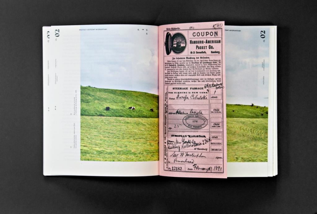 Fotografia przedstawia otwartą książkę. Na rozłożonych stronach znajduje się kolorowa współczesna fotografia ukazująca błękitne niebo z białymi obłokami i zieloną, porośniętą trawą łąkę, na której pasą się krowy. Pomiędzy strony, w formie zakładki, wsunięta została kopia starego, pochodzącego z końca XIX wieku, biletu na statek z Europy (z portu w Hamburgu) do Ameryki Północnej. Bilet jest w kolorze różowym.
