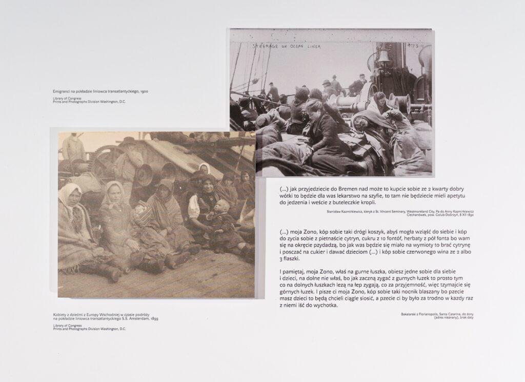 Fotografia przedstawia wnętrze jednej z szuflad. Na białym tle, po przekątnej umieszczone są dwie stare, archiwalne fotografie przedstawiające emigrantów leżących na pokładzie statku. Fotografiom towarzyszą znajdujące się po prawej stronie trzy fragmenty listów emigrantów, w których opisują oni trudy morskiej podróży.