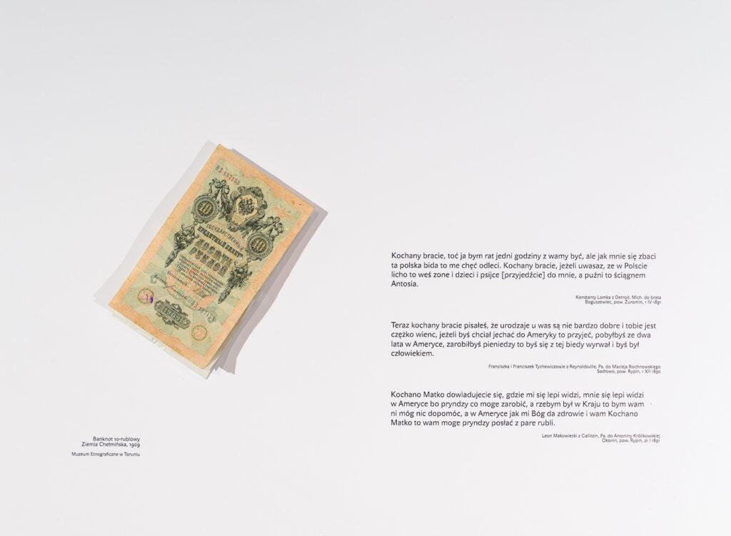 : Fotografia przedstawia wnętrze jednej z szuflad. Na białym tle, po lewej stronie znajduje się plik rosyjskich banknotów z końca XIX wieku. Po prawej stronie natomiast cztery krótkie fragmenty listów emigrantów, w których porównują oni swoje zarobki na emigracji do sytuacji w kraju, który opuścili w poszukiwaniu godnego życia.