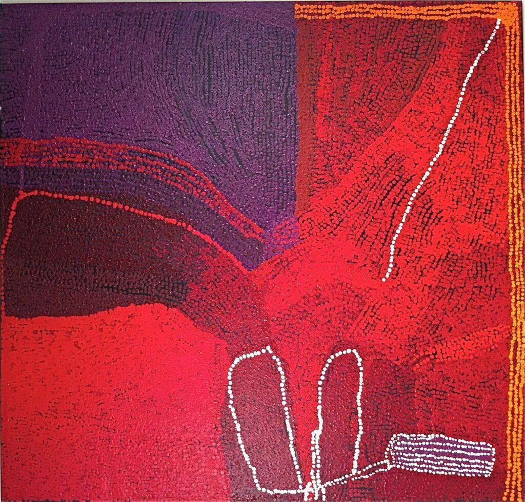 Fotografia przedstawia obraz utrzymany w ciepłej, intensywnej, czerwonej kolorystyce w całości namalowany drobnymi czerwonymi kropeczkami. Przywołuje on skojarzenia z mapą powstałą z pozostawionych drobnych śladów. Lewa, górna część obrazu jest ciemniejsza i wyróżnia się zmieniającą się kolorystyką, przechodzącą z ciemnego brązu w fiolet. Całość obrazu przecina kilka białych, miękko wijących się linii, powstałych z małych kropek. Ich forma przywodzi skojarzenia z wydeptanymi ścieżkami. W lewej, ciemniejszej części obrazu kolor tych linii-ścieżek zmienia się na czerwony.