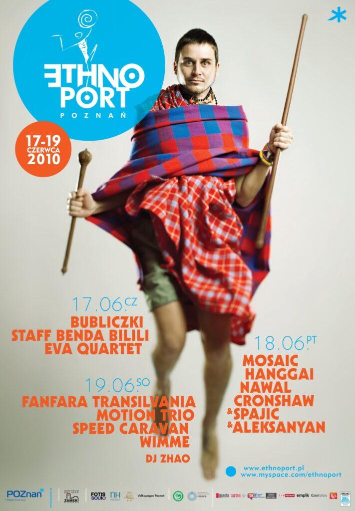 Plakat festiwalowy Ethno Port 2010. Centralną przestrzeń plakatu wypełnia zdjęcie mężczyzny w podskoku, ubranego w kolorowe ubrania. W rękach trzyma drewniane kije. W prawym górnym narożniku znajduje się logo festiwalu na niebieskim tle, a poniżej daty. W dole plakatu zapisana jest lista wykonawców z podziałem na poszczególne dni.