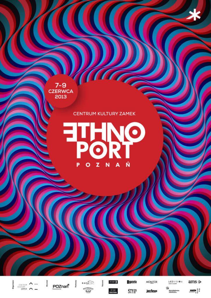 Na zdjęciu jest plakat festiwalu Ethno Port. Uwagę przyciąga wielka czerwona kropa w centrum zdjęcia. W jej środku białymi literami napis: Centrum Kultury ZAMEK. Znajduje się on nad dużym logiem Ethno Port Poznań. Po lewej stronie, nad nią mała czerwona kropka zawierająca datę, w której festiwal się odbędzie 7-9 czerwca 2013. Wszystko drukowanymi literami. Najciekawszą rzeczą na plakacie jest otulający logo zadziwiający efekt zakrzywionych niebieskich, czarnych i czerwonych linii. Stwarza on uczucie ciekawego falowania, delikatnego ruchu wokół centralnej czerwonej kropy. Linie sprawiają wrażenie wręcz miękkich i wystających. Na dole plakatu, na białym tle loga organizatorów.
