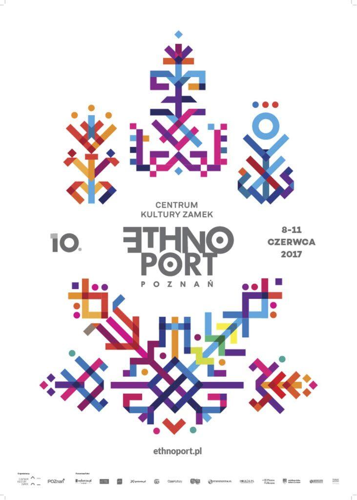 Na zdjęciu znajduje się plakat do festiwalu 10. Festiwalu Ethno Port w 2017 roku. Na białym tle w centrum znajduje się wpisany szarymi literami znak Ethno Port. Po lewej, w tym samym kolorze znajduje się cyfrą napisana dziesiątka. Informuje nas o numerze kolejnej edycji festiwalu. Po prawej od loga znajduje się data jego trwania: 8-11 czerwca 2017. Wokół szarych liter znajdują się kolorowe, niebieskie przechodzące w granat, fiolet, dalej w pomarańcz, żółć i czerwień proste kreski. Składają się one zgrabnie w graficzne, syntetyczne kwiaty na górze i zboża na dole. Pod nimi adres internetowy festiwalu i małe loga organizatorów.