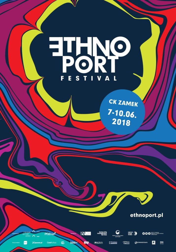 Plakat składa się z wielu plam barwnych o nieokreślonych kształtach. W górnej części czarna plama z napisem Ethno Port Festival, stanowi ona punkt centralny. Wokół niej rozlewają się promieniście kolejno żółta, czerwona, fioletowa, niebieska, znów czerwona, znów fioletowa. Barwy są żywe i nasycone. Po prawej stronie niebieskie kółko z napisem CK Zamek, 7-10.06.2018.