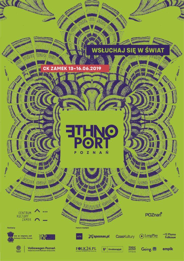 """Na zdjęciu znajduje się plakat festiwalu Ethno Port. Tło jest w kolorze zieleni w odcieniu hiszpańskich oliwek. Pośrodku abstrakcyjne formy przypominające poucinane skrzydła ciem. Jakby odbite w lustrze wzdłuż pionowej osi środka. W samym ich centrum jest wycięty, lub naklejony kwadrat w kolorze tła. W środku, ciemnoniebieskim kolorem wklejone jest logo Ethno port Poznań. Nad nim, z lewej znajduje się malutki, podłużny prostokąt w czerwonym kolorze. Na nim, białymi literami zaznaczone miejsce: skrót CK ZAMEK. Obok znajduje się zaznaczona data trwania imprezy 13-16.06.2019. Pozostając w kolorystyce plakatu, nad cyframi, na ciemnoniebieskim tle ciepłą zielenią wpisane jest hasło festiwalu: """"Wsłuchaj się w świat"""". Na dole umieszczone jest logo Centrum Kultury ZAMEK i loga organizatorów."""