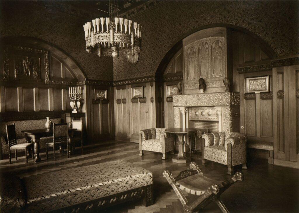 Na zdjęciu widać bogato wyposażone wnętrze. Uwagę zwracają luksusowe meble i zdobienia. Po prawej stronie znajduje się jasny kominek, który po wojnie znalazł się w lubelskim klasztorze karmelitów.
