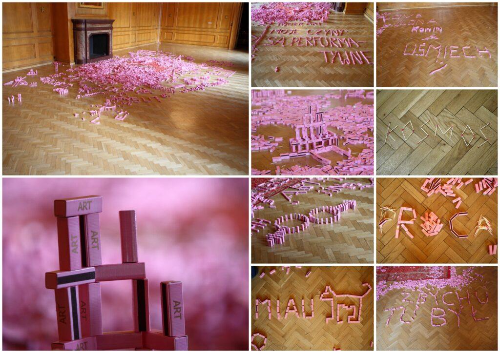 """Fotografia przedstawia kolaż zdjęć ukazujących różne ujęcia interaktywnej instalacji artystycznej stworzonej z kilkuset różowych pudełek zapałek z napisem """"ART"""". Fotografie dokumentują działania publiczności, która w czasie trwania wystawy układała z nich na podłodze różne napisy, np. """"Zbychu tu był"""", """"kosmos"""", """"proca"""", """"moje czyny są performatywne"""", """"uśmiech"""" oraz tworzyła przestrzenne budowle w formie piramid, domina i innych form ograniczonych jedynie własną kreatywnością i wyobraźnią."""