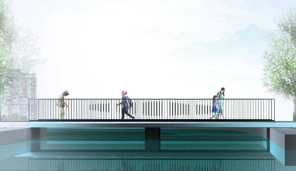 Zdjęcie przedstawia niewielki, prosty w konstrukcji mostek nad wodą, po którym przechodzi czworo ludzi: kobieta z dzieckiem po prawej stronie, pośrodku młody mężczyzna, po lewej starsza kobieta. Charakterystyczne są metalowe filary mostka, które w założeniu projektanta wydają dźwięki po dotknięciu, stając się miejskim instrumentem muzycznym. Tło fotografii jest prawie białe, jakby zamglone, z widocznymi fragmentami drzew po prawej i lewej stronie oraz jednym blokiem po lewej.