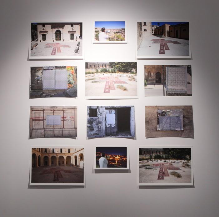 Na zdjęciu widzimy dwanaście kolorowych fotografii ułożonych w cztery rzędy po trzy zdjęcia w każdym. Fotografie ukazują budynki, dywany, kobierce i fragmenty miast.