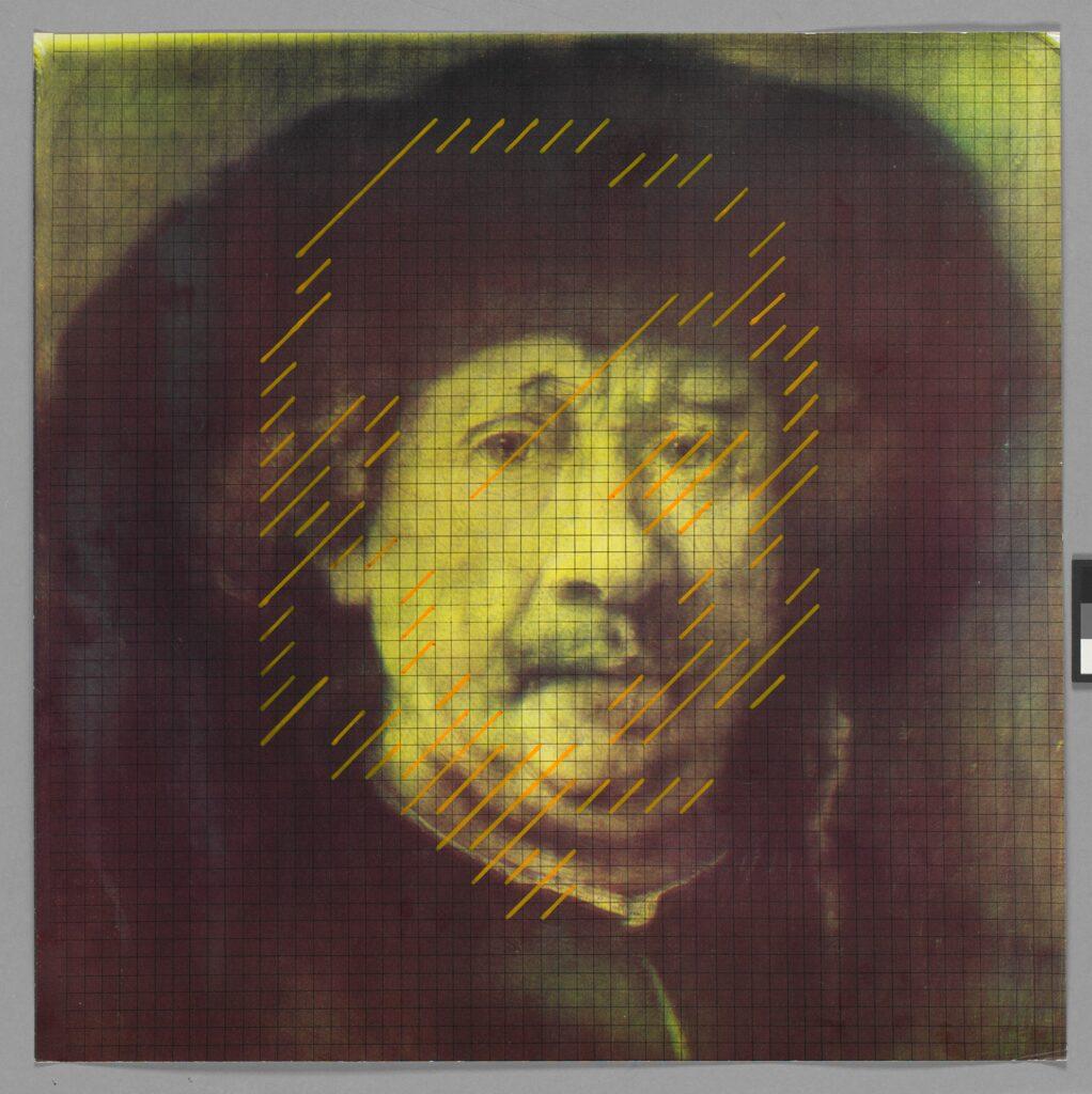 Na zdjęciu widzimy portret mężczyzny w ciemnym kapeluszu. Jego twarz jest oświetlona jaskrawożółtym światłem. Cała praca pokryta jest cienkimi liniami, które tworzą drobną kratkę, a w części centralnej znajdują się żółte, ukośne kreski.