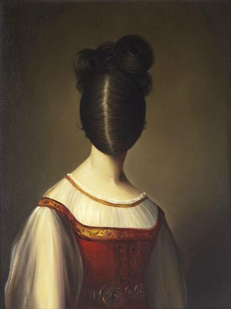 Obraz przedstawia portret kobiety w czerwonej, zdobionej złotymi tasiemkami sukni na ramiączkach, pod którą ma założoną białą, szyfonową, marszczoną bluzeczkę, w pasie zaś dekoracyjny, metalowy pasek. Twarzy postaci nie widać, bowiem pokryta jest w całości ciemnymi włosami, z przedziałkiem po środku. Włosy spięte są w finezyjnie uformowany kok. Tło pracy jest jednolite, brązowe, miejscami delikatnie podświetlone.