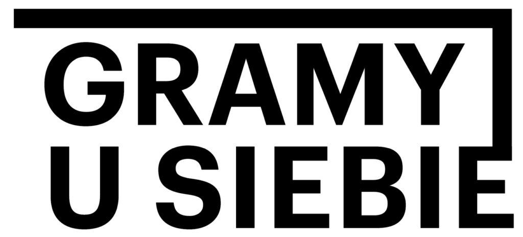 """Grafika przedstawia proste, minimalistyczne logo z czarnymi literami na białym tle. W górnym wersie znajduje się napis """"GRAMY"""", a w dolnym """"U SIEBIE"""". Z litery """"E"""" w dolnym napisie wychodzi czarna pionowa linia, która nad napisem """"GRAMY"""" skręca w lewo i biegnie nad nim poziomo."""
