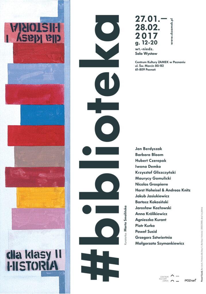 Na zdjęciu widzimy plakat wystawy. Głównym motywem graficznym jest jedna z prac z ekspozycji. To obraz na płótnie przedstawiający półkę z książkami i umieszczony na plakacie pionowo, obok którego znajduje się wiele napisów: tytuł wystawy #biblioteka, daty, miejsce wystawy oraz alfabetyczny spis imion i nazwisk artystów biorących udział w wystawie. W prawym dolnym rogu widnieją dwa logotypy: Centrum Kultury ZAMEK w Poznaniu oraz Miasta Poznań.