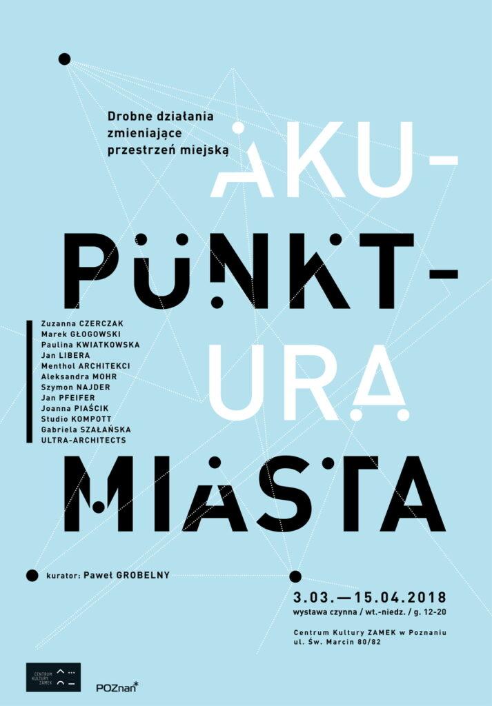 Zdjęcie przedstawia plakat do wystawy. Jego tło jest błękitne. Większą część druku zajmuje liternictwo w kolorze białym i czarnym: duży tytuł wystawy, lista nazwisk projektantów i projektantek, kuratora, daty, godziny, miejsce wystawy oraz dwa logotypy w lewym dolnym rogu: Centrum Kultury ZAMEK oraz Miasta Poznań. Pole plakatu przecinają w nieuporządkowany sposób cienkie białe linie, a gdzieniegdzie dodatkowym elementem graficznym są białe i czarne kropki.