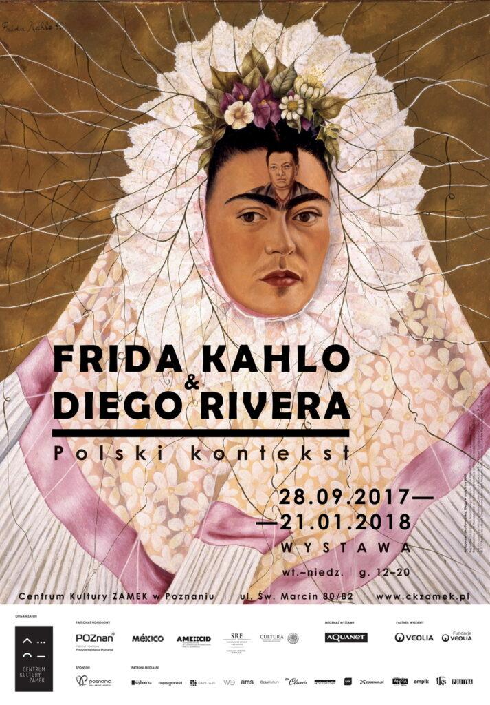 Na zdjęciu widzimy plakat informacyjny towarzyszący wystawie. Przedstawia on portret Fridy Kahlo w koronkowym tradycyjnym stroju mieszkanki Tehuany w kolorze białym z blado-różową jedwabną lamówką. Na czole artystki namalowana jest twarz Diego Rivery, stanowiąca  trzecie oko. Głowa kobiety okryta jest charakterystyczną kryzą z bukietem liści i kwiatów, z której wiją się cienkie linie, nitki przypominające korzenie lub pojedyncze włosy. Tło obrazu jest w kolorze brązowym. Na plakacie znajduje się kilka napisów, które informuja o tytule, datach, godzinach otwarcia, miejscu wystawy. Na dole druku umieszczonych zostało kilkanaście logotypów organizatorów, patronów honorowych i medialnych oraz sponsorów ekspozycji.