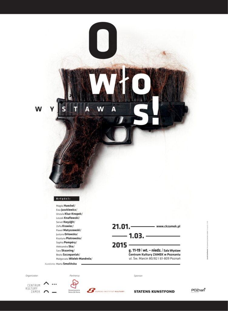 Zdjęcie przedstawia plakat wystawy, w którym motywem graficznym jest część jednej z prac. Jest to czarny pistolet z czarnym włosiem i rudymi włosami, przypominający szczotkę. W górnej i dolnej części grafiki znajdują się dwa czarne pasy, a pomiędzy nimi tytuł, daty, miejsce wystawy, imiona i nazwiska wszystkich artystów biorących udział w projekcie oraz logotypy organizatora, partnerów i sponsora. Czcionka ma różną wielkość i jest czarno-biała.