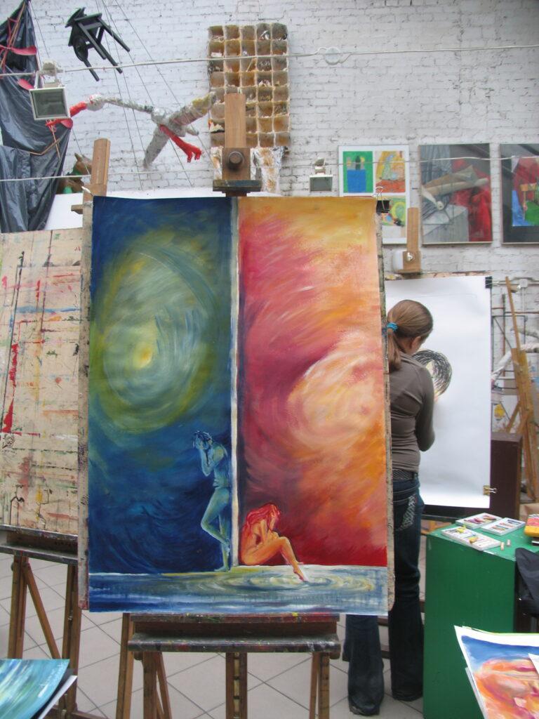 Na sztaludze prezentowany jest pionowy obraz podzielony na dwie części. Lewa strona przedstawia stojącego, nagiego mężczyznę, na tle niebiesko-zielono-żółtej otchłani. Prawa strona przedstawia siedzącą, nagą kobietę, na tle czerwono-purpurowo-pomarańczowej otchłani.