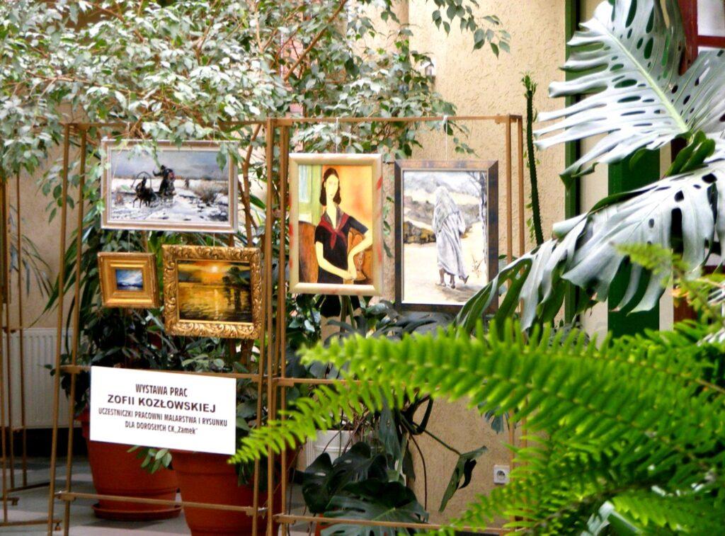 Wystawa prac Zofii Kozłowskiej – uczestniczki Pracowni Malarstwa i Rysunku dla Dorosłych CK ZAMEK. Na tle zieleni zaprezentowano pięć prac oprawionych w ramy. Trzy pejzaże i dwa portrety kobiet.
