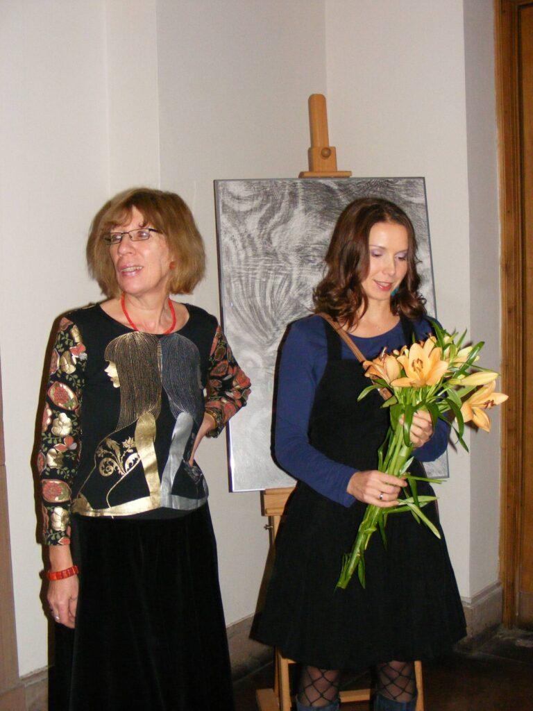Instruktorka – Anna Kozłowska-Agacińska i autorka prac prezentowanych na wystawie podczas wernisażu.