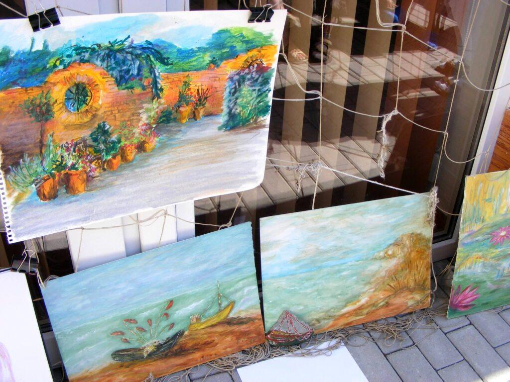 Trzy obrazy wykonane w Kołobrzegu. Na górnym fragment ogrodu botanicznego. Na dolnych plaża i morze.