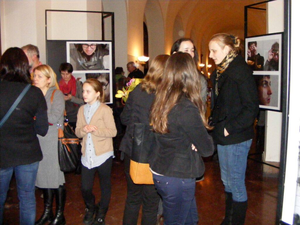Bardzo dużo osób oglądających prace podczas wernisażu w Galerii Debiut.
