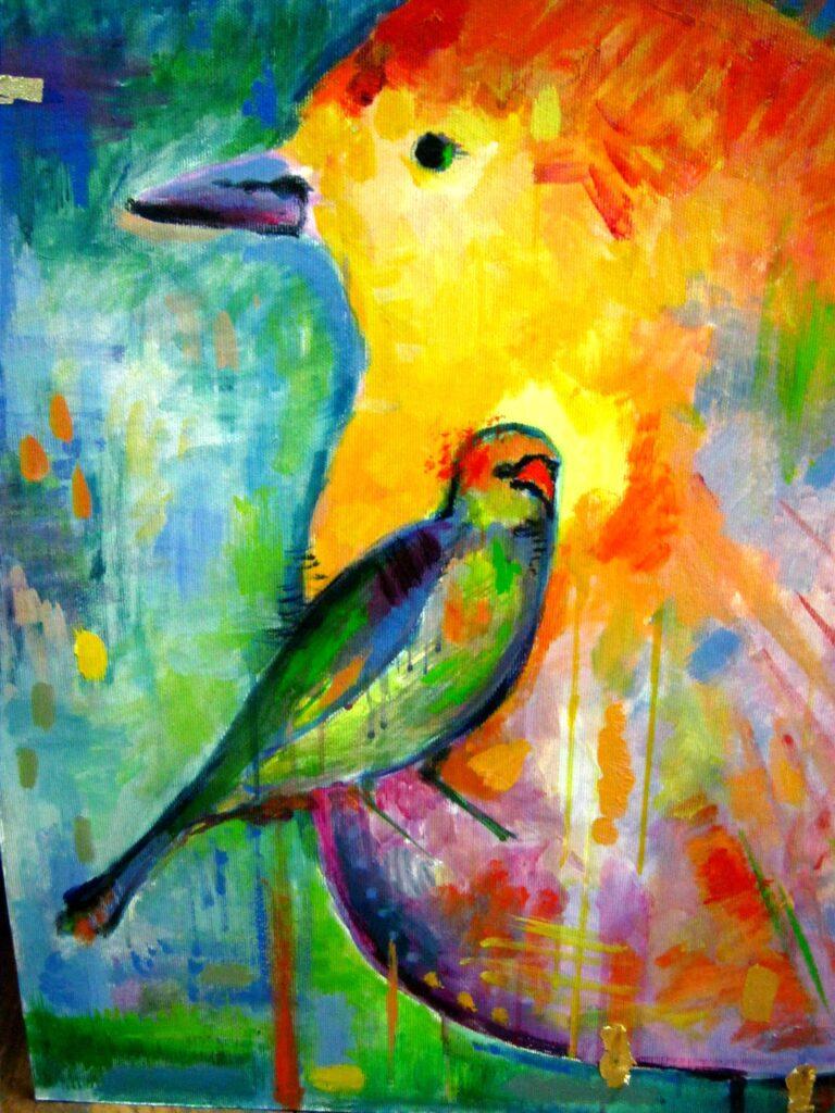 Praca malarska przedstawiająca małego, kolorowego ptaka, prawdopodobnie papugę, namalowanego na tle dużego kolorowego ptaka.