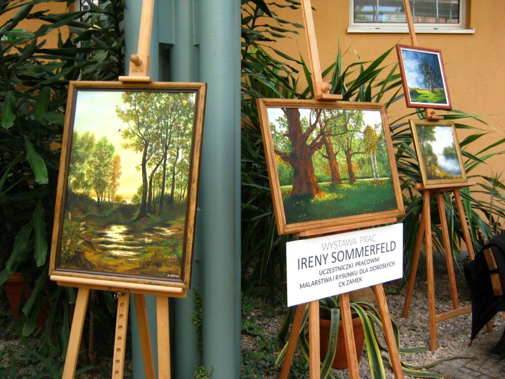W Ogrodzie Zimowym Wielkopolskiego Centrum Onkologii, na sztalugach zaprezentowano trzy pejzaże przedstawiające łąkę i drzewa oraz jeden z jeziorem i drzewami. Autorką prac jest Irena Sommerfeld – uczestniczka Pracowni Malarstwa i Rysunku dla Dorosłych CK ZAMEK.