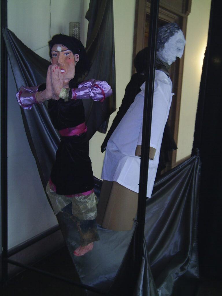 Instalacja przestrzenna w Galerii Debiut. Umieszczone w tkaninach dwie postacie kobiet wykonane z gipsu, tkanin i papieru.