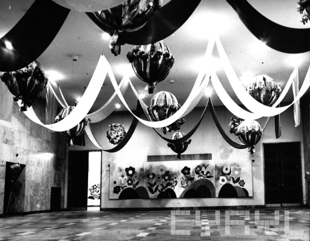 Czarno-biała fotografia przedstawiające dzisiejsze Atrium i wejście do Sali Wielkiej w latach 70.
