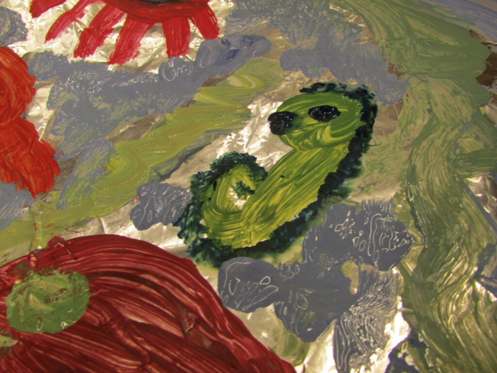 Na zdjęciu widzimy fragment pracy przedstawiającej faunę i florę morską i wykonanej techniką malarstwa na folii.